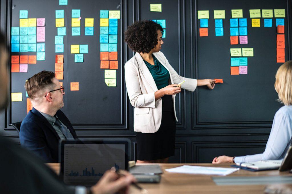 Pessoas em uma reunião de marketing, e discutindo estratégias que funcionam para atrair clientes e vender mais.
