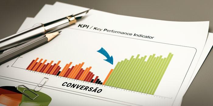 Gráfico de crescimento positivo impresso sobre uma mesa, com algumas canetas por cima. Demonstrando a efetividade da implantação do pré-vendas para vender mais.