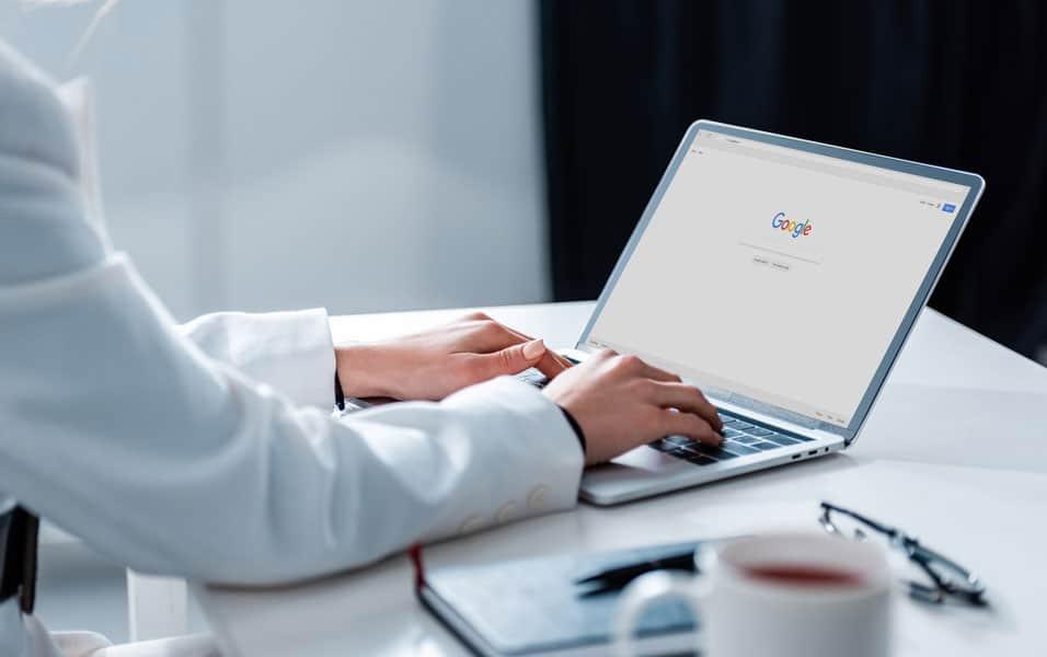 Profissional buscando no Google fornecedor B2B para a industria.