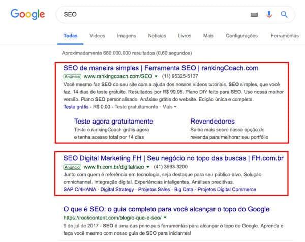 Imagem demonstra resultados do google para a pesquisa do termo: SEO, onde aparecem os resultados pagos logo no início e estão destacadas com retângulos vermelhos.