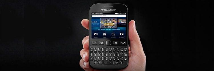 Pessoa segurando um smartphone da Blackberry.