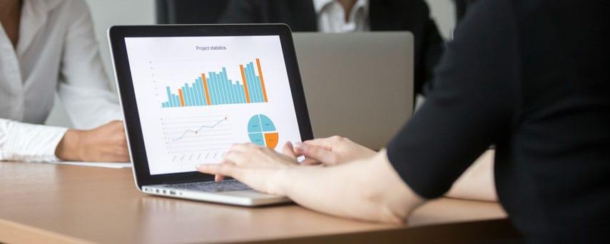 Analista de IOT validando dados antes de uma reunião.