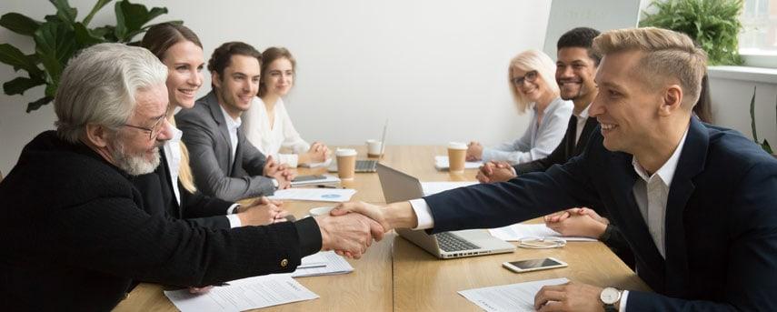 Vendedor ou Sales representative, fechando uma nova venda com um cliente B2B.